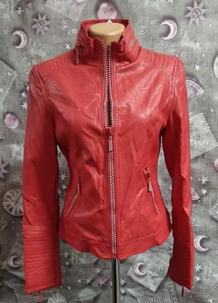 Красная куртка со стразами женская