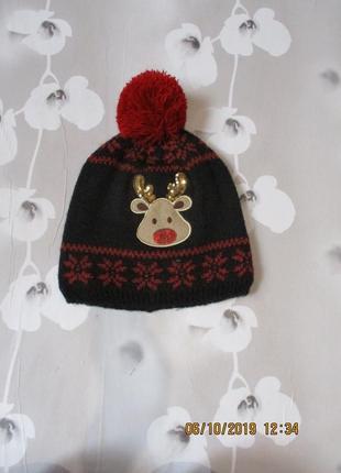 Красивая шапка с оленем новогодним принтом/олень