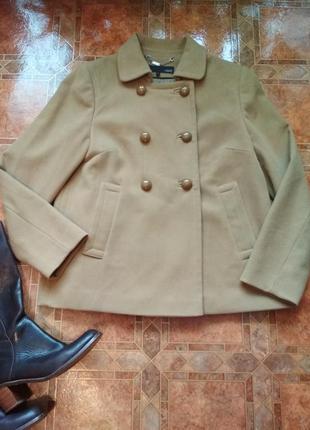 Пальто короткое.