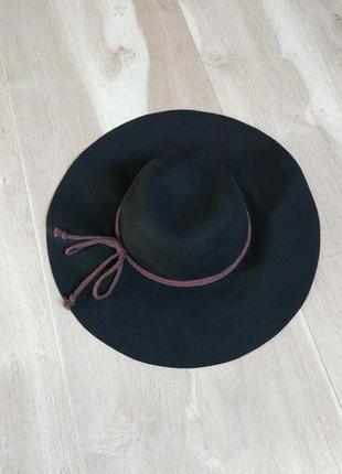 Фетровая шляпа с широкими полями