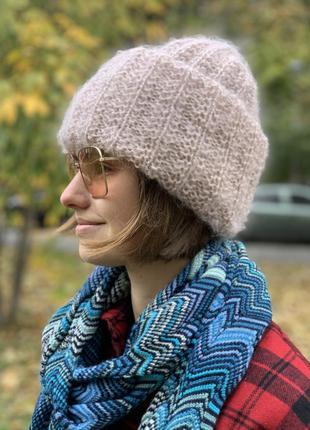 Зимняя шапка из мохеровых ниток пудового цвета.