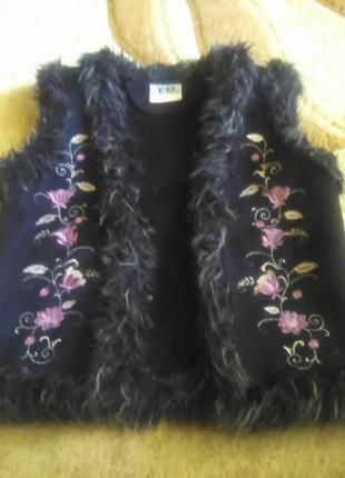 Теплый жилет для девочки с декоративной вышивкой