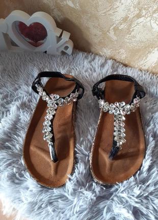 Крутые туфли, босоножки с камнями платформе