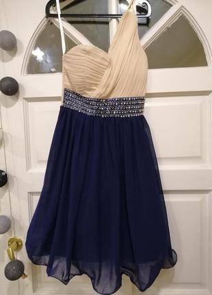 Нарядное праздничное  платье с камнями с открытым плечем