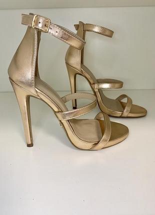 Босоножки на каблуке золотистые