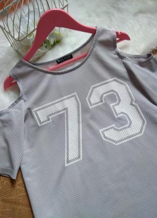 Футболка - майка с открытыми плечами удлиненная. надпись цифры