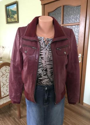 Кожаная куртка цвета бордо