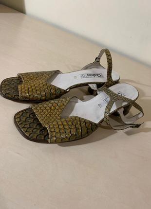 Босоножки на низком каблуке, змеиная кожа