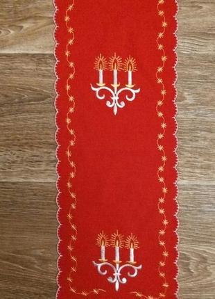 Праздничная салфетка красного цвета с вышивкой.