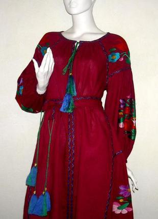 Вышитое платье из льна