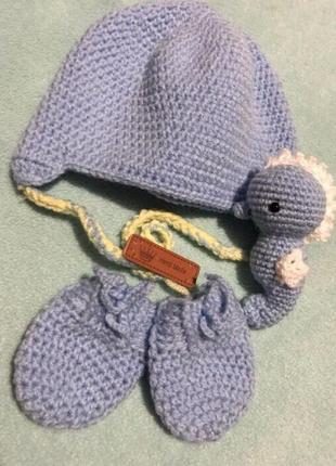 Вязаный набор шапочка варежки для новорождённых
