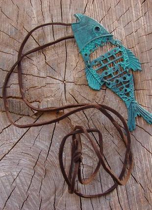 Длинное ожерелье кулон на длинном шнурке с рыбой в стиле стимпанк. цвет патина