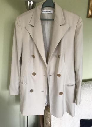 Чудесный шерстяный молочного цвета пиджак