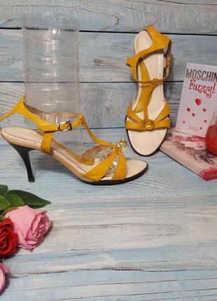 Желтые итальянские туфли босоножки на среднем каблучке с металлической набойкой р. 39