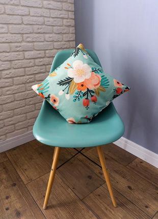 Декоративная подушка с цветным рисунком