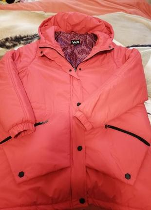 Курточка красная, с капюшоном, два кармана, деми с утеплителем, лёгкая, капюшон не съёмный1 фото