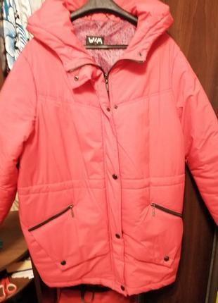 Курточка красная, с капюшоном, два кармана, деми с утеплителем, лёгкая, капюшон не съёмный2 фото