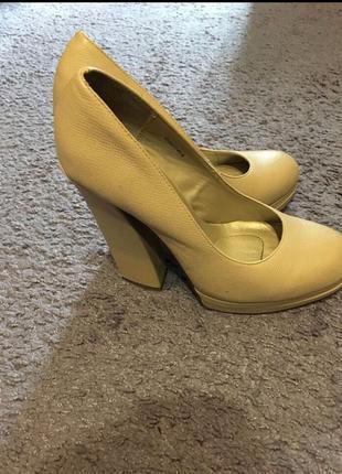 Бежевые туфли queen