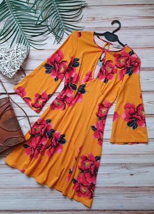 Яркое цветочное платье с юбкой клеш и длинным рукавом