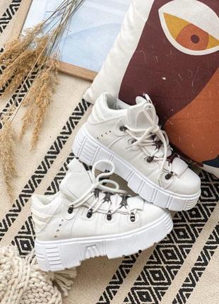 Кроссовки белые с массивной подошвой на флисе