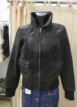 Стильная кожаная куртка,бомбер.
