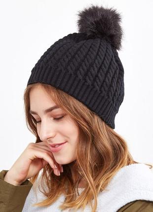Теплая черная   шапка с помпоном