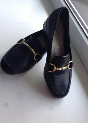 Туфли на низком каблуке. туфли. лоферы.