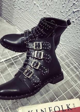 Стильные сапоги ботинки с заклепками и пряжками house