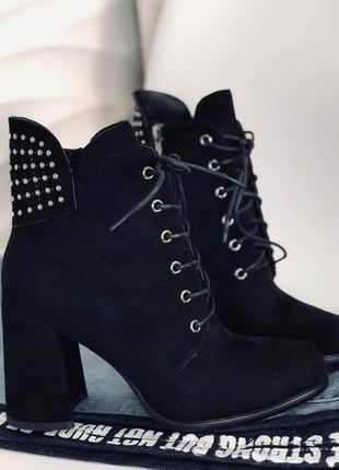 Стильные женские ботинки осенние на каблуке широком с заклепками на шнурках