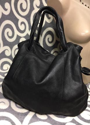 Шикарная, кожаная , вместительная сумка.