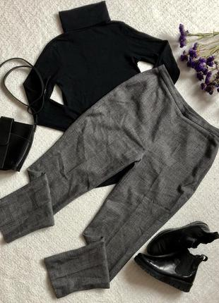 Серые брюки с завышенной посадкой