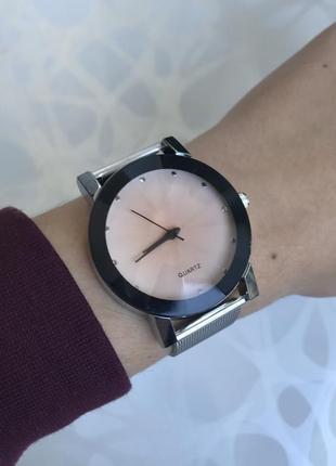 Женские черные наручные часы с интересным цифеблатом металлические светлые