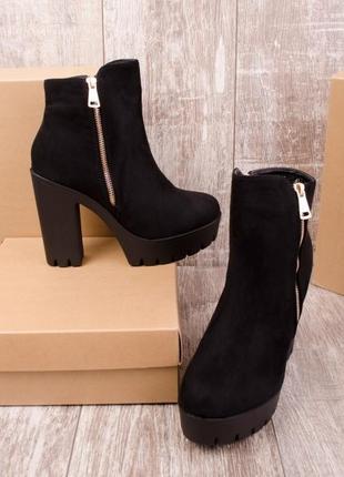 Замшевые черные ботинки на каблуке