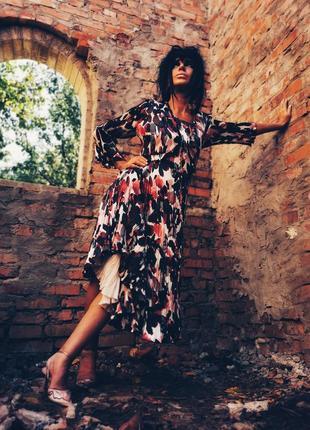 Шикарное нарядное плиссированное атласное платье в принт цветы вечернее