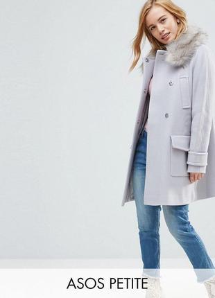Шикарное пальто с меховым воротником.