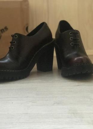 Очень крутые ботинки на каблуке dr. martens