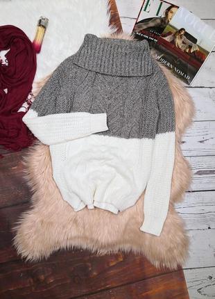Шикарный белосерый свитер в косы с горловиной