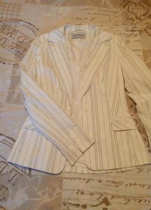 Брендовый белый пиджак clockhouse. деловой стиль
