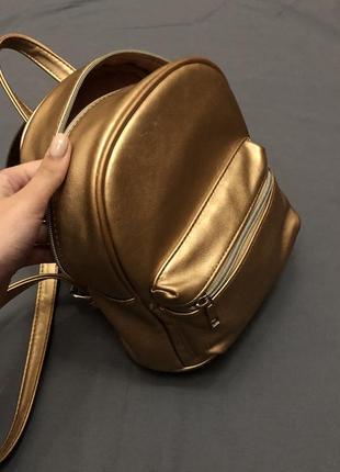 Бронзовый, блестящий рюкзачок stradivarius. маленький рюкзак блестящий
