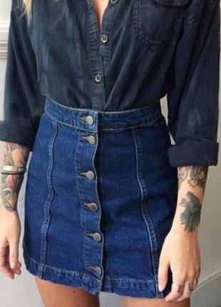 Джинсовая мини юбка с пуговицами спереди