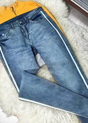 323 джинсы гёрлфренды с белыми лампаса mango