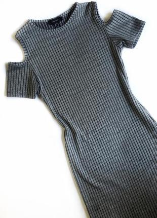 Стильное, серое платье в рубчик с открытыми плечами от atmosphere
