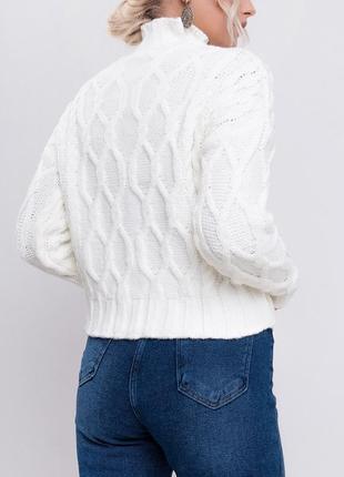 Вязаный джемпер с узорами / свитер с горловиной труба / белый