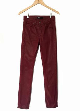 Бордовые брюки под кожу