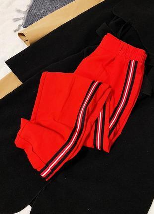 Новые красные брюки с лампасами