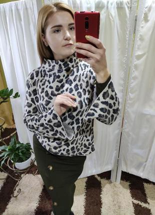 Актуальный свитер с горлом стойкой в леопардовый принт
