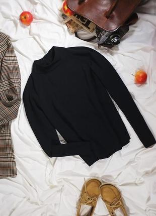 Плотная черная блуза со стоечкой