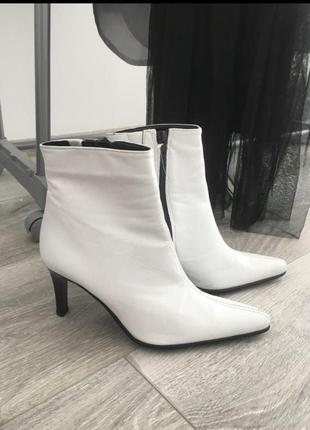 Стильные трендовые ботинки на каблуке кожаные