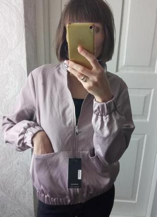 Стильная куртка ветровка бомбер сиреневого цвета