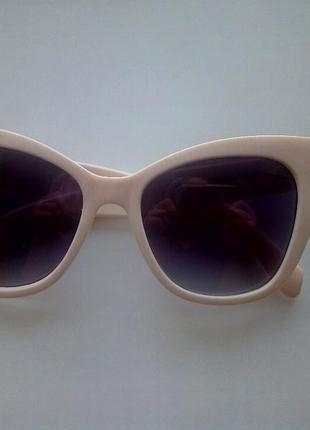 Пластиковые солнцезащитные очки